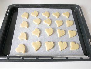 生地をラップで挟み、麺棒で5mm厚さに伸ばしてお好みのクッキー型で抜き、天板に並べる