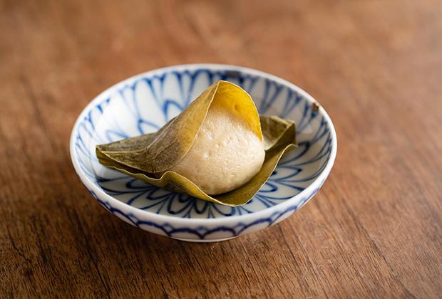 「餡麩三喜羅」は、葉に包まれた様子がかわいいです。塩気と甘さのバランスとても良く、何個でも食べたくなります。
