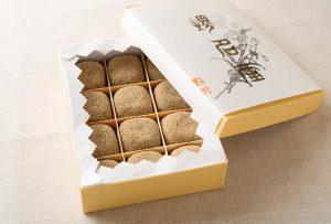 今回ご紹介するのは、戦国時代から南蛮貿易の要所であり商業都市として栄えた大阪・堺市の老舗和菓子店、小島屋さんの『けし餅』です。