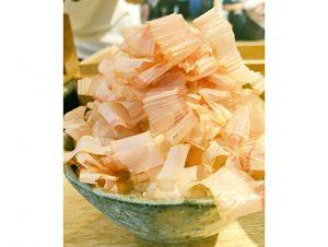 提供するのはご飯に山盛りの鰹節と味噌汁、玉子焼き、漬物のみ。