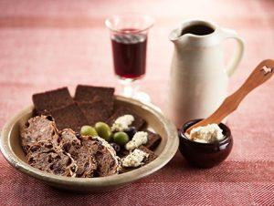 どちらもお酒の肴として1品だけでも満足できますし、ワインとならドライフルーツやナッツと。日本酒とならお漬物を添えるのもいいですね。