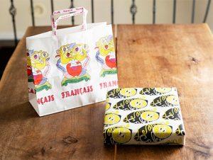 黄色とモノトーンでまとめたレモンケーキのパッケージはもちろん、ブランドの紙袋はピンクとか華やかな色を使っているんです。
