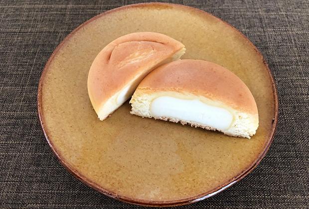 半分に切ると、クリームチーズ餡がみっちり。と思ったら、クリームチーズではなく、植物性油脂に乳製品を加味し、乳酸発酵させたオリジナルのチーズフィリングだそうです。