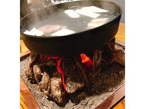 メニューは鳥鍋のみ。備長炭に鉄鍋。 東京軍鶏の胸、もも、内臓をゆっくりと投入。