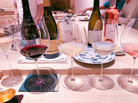 ワインペアリングにしたところ、泡、赤、白、白、ロゼと5種のグラスが目の前に。 斬新な提供方法に不安を覚えたものの、これが思いのほか!