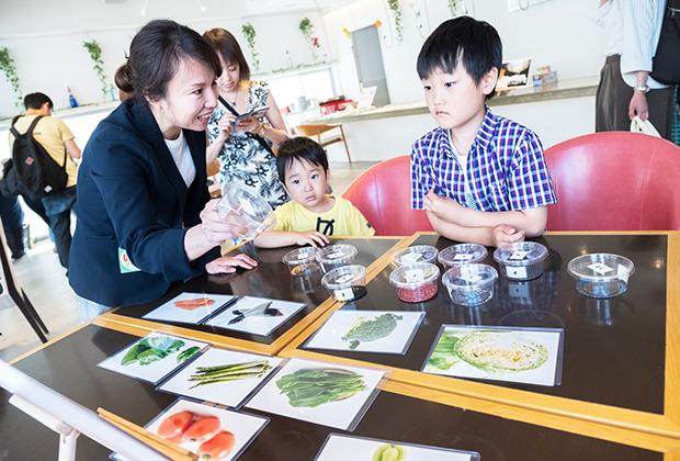 写真に写っている野菜に対して、複数の種からどの野菜の種かを選び、大人でも苦戦する問題で野菜について学んでいました。
