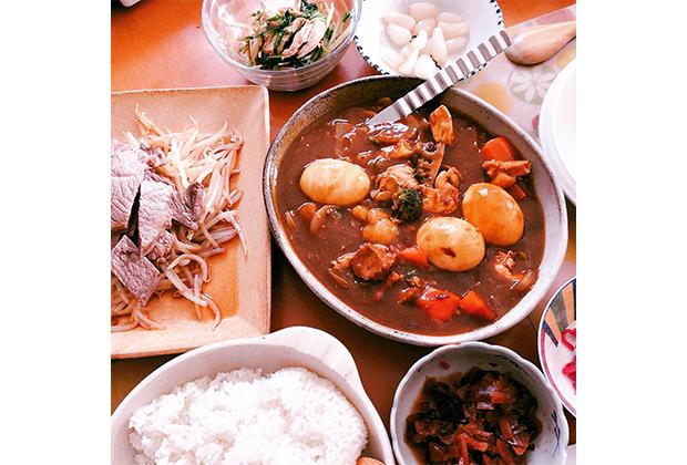 しんしんのステーキ&もやし炒め、カレー、ライス、水菜と胸肉のサラダ、福神漬け・らっきょ・紅ショウガ。