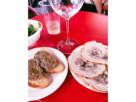 頑強で有名なシュピゲラウのワイングラスを破格の600円!で買って、ワインを注いでもらえば準備OK。