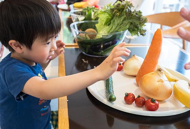 「やさいdeアート」のコーナーでは、本物の野菜に直に触れながら、皿に顔を作成。