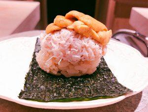 グリーンピースの餡をかけた、蛤の出汁を使った茶碗蒸しの色彩にうっとりしていると、酢飯・カニ・ウニの三段重ねで押し倒される。