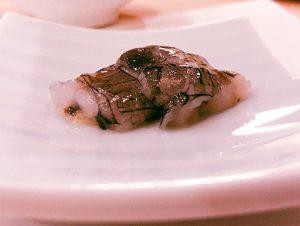 生のシャコ、ホタルイカのパテなどオリジナルを追及した肴も楽しく、飽きさせない。名物・ウニのリゾットも人気。