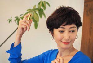 ジャンルとしては「ヘアフレグランス」なんですが、髪にツヤを与えたり、紫外線による乾燥を防いだり、その人の持っている髪質を整える作用もあって、へアケア剤の要素も持ち合わせているんです。