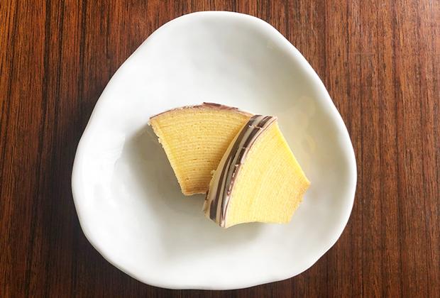 バウムクーヘンはしっとりしていて、チョコレートコーティングの甘さがほどよく、一度に2切れは食べたくなります。