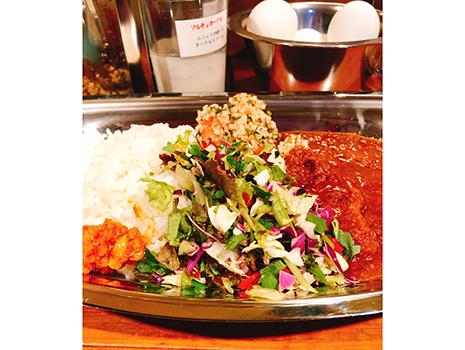 ポークビンダルーは辛味と酸味が同居する豚肉のカレーで、インド・ゴア(店名のヒント)地方の名物らしい。 カレーとライスの間には、チョップサラダとクスクスが横たわっている。