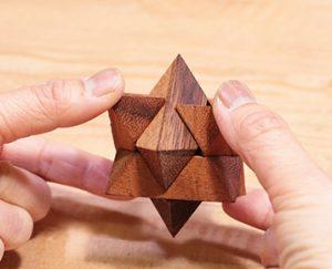 木製BOXに入った組み立て式の立体パズル。脳と手先を使うパズルは脳の活性化に効果大!