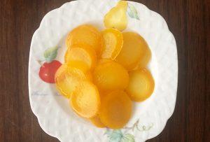 厳選した萩の夏みかん1個から数枚しか取れない果皮と実の間の白く厚い部分をシロップ煮に。