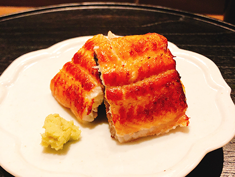 料理はシンプルだけれど、アオリイカの山わさび和えなど、センスのいい品が並ぶ。