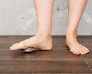 床に置いて踏めば足裏のツボも刺激できます。手のひらにすっぽり収まるサイズながら、ボディマッサージの専門家が監修に携わった本格派です。