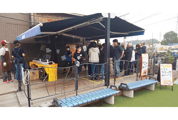 当日は、朝7時の開始にも関わらず、オープン前からカレーパンを買い求める人でお店の前には長蛇の列が!