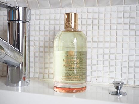 今回ご紹介するのは、イギリスのライフスタイルブランド、モルトンブラウンの「ジャスミン&サンローズ ベージングオイル」、入浴剤です。