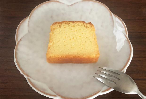 切り分けていただきます。萩焼の中皿にもぴったりの雰囲気。