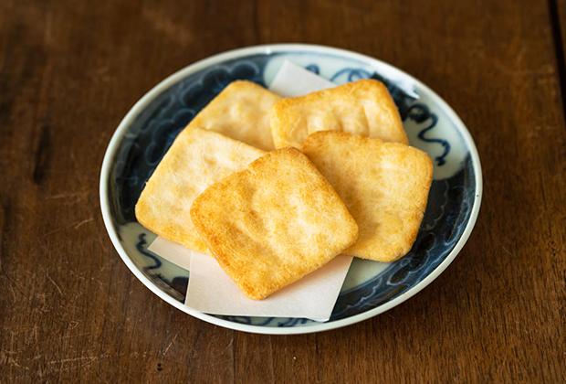 『甚五郎煎餅』は、塩味です。だけれども、ただの塩せんべいではありません。塩っ気は軽く、バターのような風味があって、いちど食べたら忘れない特長があり後引くおいしさなのです。