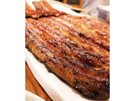 〆のうな丼は、タレだけでお代わりをする猛者もいるほどだが、気持ちはとてもよくわかる。そしてかば焼きに至るまでの瞠目の串たち。