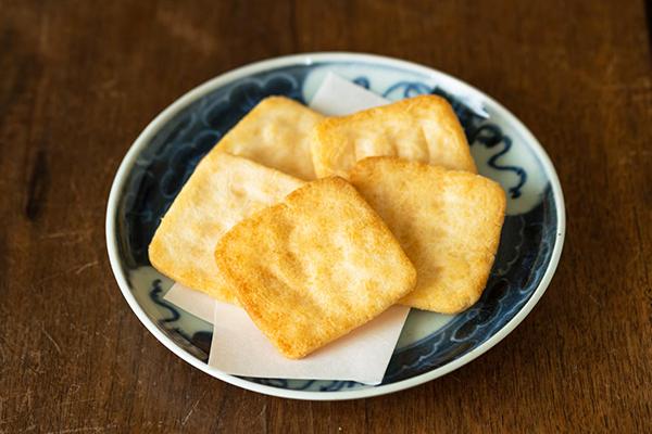 栃木県日光市 石田屋の『日光甚五郎煎餅』とアンティークの器