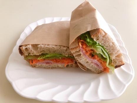 ハムや野菜をはさんでサンドイッチに