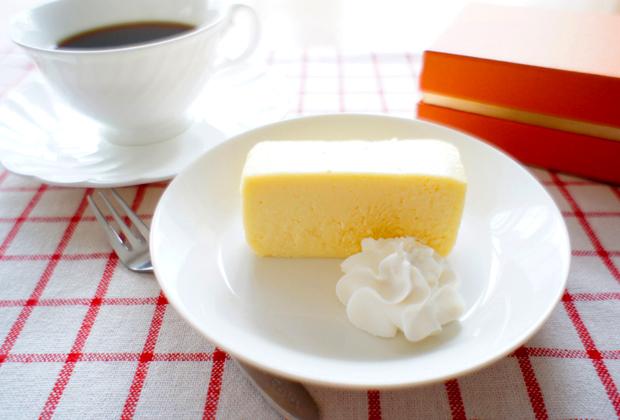 家で食べるときは、カジュアルに。生クリームは砂糖控えめがチーズケーキによく合います