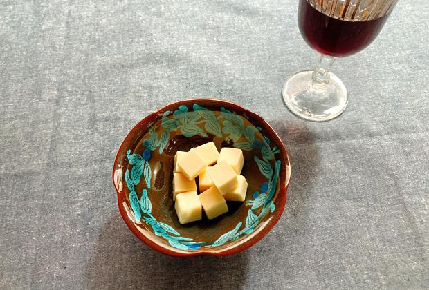 ホワイトはクリームチーズの味がほんのりするので赤ワインにもぴったり。日本酒にも合うから不思議