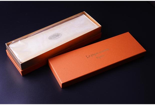 パッケージは、高級感のある華やかなオレンジの箱。日頃お世話になっている方へのギフトにしても、喜ばれます